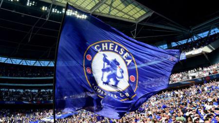 Bendera Chelsea berkibar di Stadion Wembley. - INDOSPORT