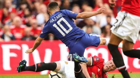 Phil Jones melakukan pelanggaran kepada Eden Hazard. - INDOSPORT