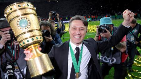 Niko Kovac memegang trofi DFB Pokal. - INDOSPORT