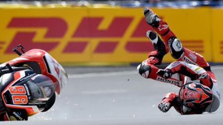 Terjadi kecelakaan parah yang membuat 4 pembalap lumpuh di ajang Moto3 GP Valencia, yang digelar di Sirkuit Ricardo Tormo, Minggu (17/11/2019) - INDOSPORT