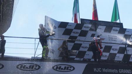 Valentino Rossi dan Danilo Petrucci di podium. - INDOSPORT