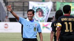 Indosport - Wasit yang memimpin laga Persela vs Persija.