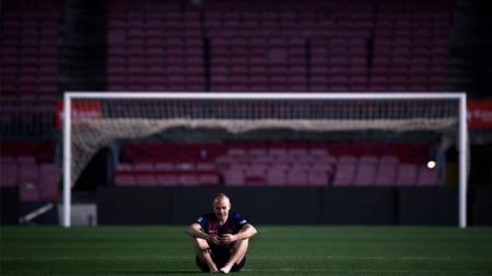 Andres Iniesta seorang diri di Camp Nou. - INDOSPORT