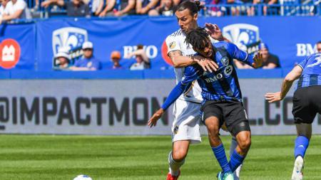 Zlatan Ibrahimovic saat berduel dengan Raheem Edwards. - INDOSPORT