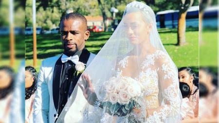 Pemain Madura United, Greg Nwokolo harus menunda rencana indah yang telah ia susun bersama istrinya yang bernama Kimmy Jayanti seiring dengan merebaknya corona. - INDOSPORT