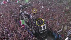 Indosport - Seorang fans melempar terompet ke bus pemain Juventus.