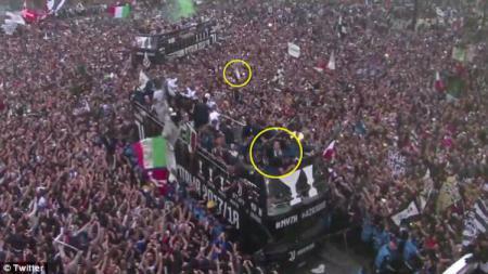 Seorang fans melempar terompet ke bus pemain Juventus. - INDOSPORT