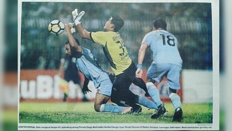 Gol tangan tuhan Diego Assis dalam laga Persela vs Persija. Copyright: Angger Bondan/Jawa Pos