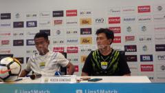 Indosport - Pelatih fisik Persib Bandung, Yaya Sunarya (kanan) saat konferensi pers.