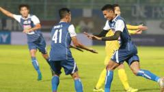 Indosport - Pemain Arema merayakan gol yang dicetak ke gawang Bhayangkara.