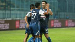 Indosport - Selebrasi pemain Arema FC saat menghadapi Bhayangkara FC.