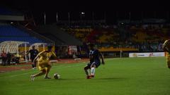 Indosport - Esteban Vizcarra memainkan bola di depan pemain PSIS Semarang.