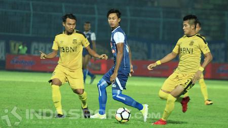 Johan Al Farisi saat dibayangi dua pemain Bhayangkara FC - INDOSPORT