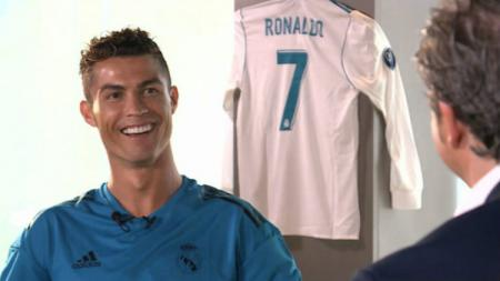 Cristiano Ronaldo tertawa saat melakukan wawancara khusus. - INDOSPORT