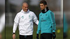Indosport - Pelatih dan pemain megabintang Real Madrid, Zinedine Zidane dan Cristiano Ronaldo.