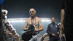 Indosport - Mario Gomez telanjang dada.