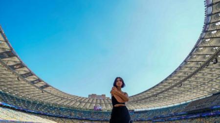 Dua Lipa berada di Stadion Olimpiyskiy. - INDOSPORT