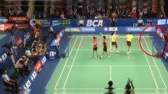 Indosport - Raket pemain China dibanting karena kesal dengan ketengilan Kevin