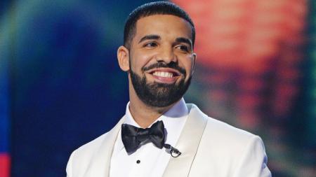 Rapper asal Kanada, Drake, dikabarkan terlihat bahagia ketika Klay Thompson mengalami cedera di kuarter ketiga game 6 antara Golden State Warriors vs Toronto Raptors. - INDOSPORT