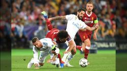 Perebutan bola antara Sergio Ramos dengan Mohamed Salah