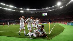 Para pemain Madrid merayakan gol Benzema