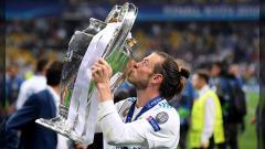 Indosport - Bale angkat Trofi Liga Champions.