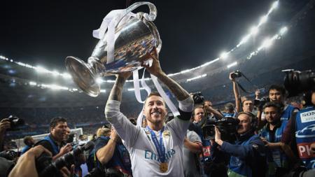 Sergio Ramos mengangkat trofi Liga Champions. - INDOSPORT