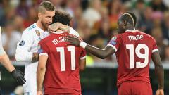 Indosport - Sergio Ramos memeluk Mohamed Salah sembari senyum.