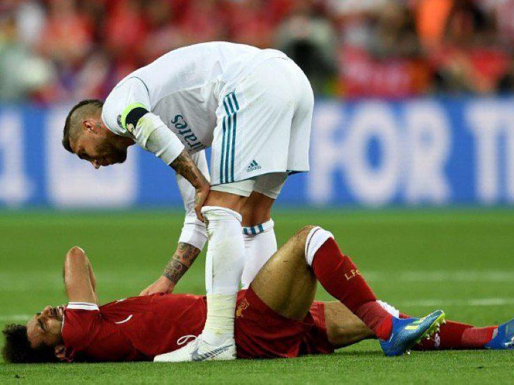 Sergio Ramos memeriksa kondisi Mohamed Salah. Copyright: Getty Images