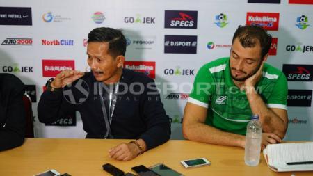 Pelatih PSMS Medan, Djajang Nurdjaman saat sesi konferensi pers. - INDOSPORT