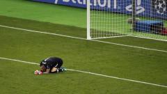 Indosport - Kiper Liverpool Loris Karius tertunduk lesu usai dua kali blunder di final Liga Champions 2017/2018.