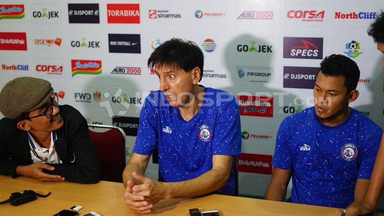 Pelatih Arema, Milan Petrovic, dalam konferensi pers usai dikalahkan PSMS. Copyright: Kesuma Ramadhan/INDOSPORT