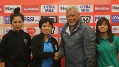 Indosport - Pemain Thailand, Pelatih Timnas Thailand Nuengrutai Srathongvian, Pelatih Timnas Wanita Indonesia Satia Bagdja, dan kapten Timnas Wanita Indonesia Susi Susanti.