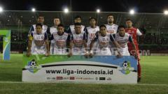 Indosport - Skuat Arema saat ditaklukkan PSMS Medan.