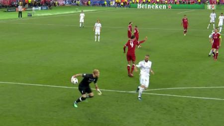 Kiper Liverpool Loris Karius lakukan blunder di final Liga Champions 2017/2018. - INDOSPORT