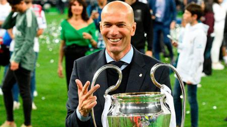 Zinedine Zidane dengan trofi Liga Champions. - INDOSPORT