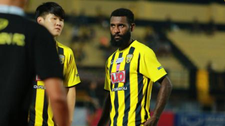 Pemain Khonkaen FC asal Indonesia, Yanto Basna. - INDOSPORT