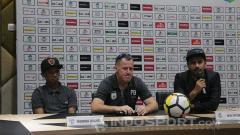 Indosport - Priska Womsiwor dan Peter Butler dalam sesi konferensi pers sebelum laga.