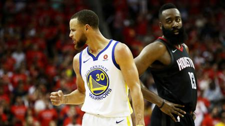 Stephen Curry melakukan selebrasi di samping James Harden. - INDOSPORT
