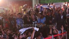 Indosport - fans Real Madrid nobar saat melawan Liverpool di final Liga Champions musim 2017/2018.