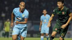 Indosport - Loris Arnaud saat menghadapi pemain bertahan PS TIRA.