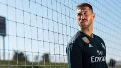 Indosport - Sergio Ramos saat promosikan jersey anyar Real Madrid.