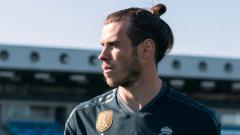 Indosport - Gareth Bale saat jadi model jersey anyar Real Madrid.