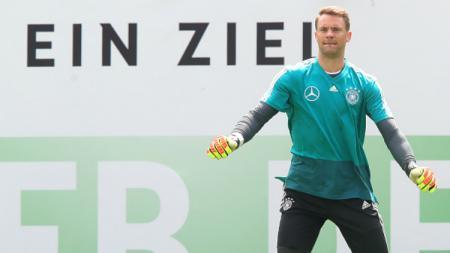 Manuel Neuer dalam sesi latihan Timnas Jerman. - INDOSPORT