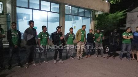 Pelatih PSMS Medan, Djajang Nurdjaman memberikan pengarahan jelang keberangkatan tim. - INDOSPORT