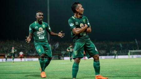 2 Pemain Persebaya Surabaya, Ricky Kayame dan Irfan Jaya selebrasi setelah rayakan golnya. - INDOSPORT