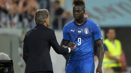 Mario Balotelli ketika bersama Roberto Mancini. - INDOSPORT