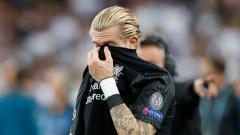 Indosport - Loris Karius tertunduk lesu usai dikalahkan Real Madrid.
