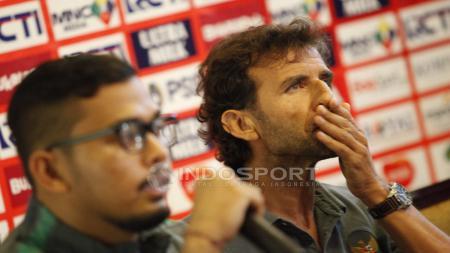 Pelatih Timnas Indonesia U-23, Luis Milla saat konferensi pers. - INDOSPORT