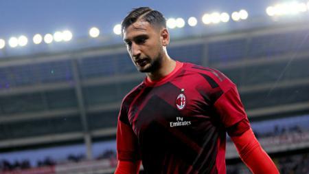 AC Milan dikabarkan tengah pusing tujuh keliling menyusul tawaran selangit dari Chelsea dan PSG untuk kiper andalan mereka, Gianluigi Donnarumma. - INDOSPORT